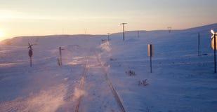 Estrada de ferro nevado, por do sol Fotografia de Stock Royalty Free
