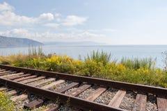 A estrada de ferro no banco do Lago Baikal. fotografia de stock