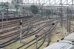 Estrada de ferro perto do estação de caminhos-de-ferro imagens de stock royalty free