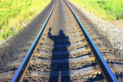 A estrada de ferro, a sombra de passeio de um homem Fotos de Stock
