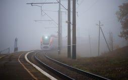 A estrada de ferro, trem, névoa outono Fotos de Stock