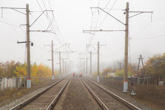 Estrada de ferro vazia na névoa no outono com trabalhadores fotos de stock royalty free