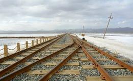 Estrada de ferro velha em Chaka Salt Lake imagens de stock