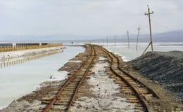 Estrada de ferro velha em Chaka Salt Lake fotografia de stock