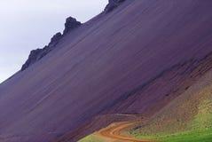 Estrada de Islândia com o scree rhyolitic imagens de stock royalty free