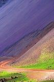 Estrada de Islândia com o scree rhyolitic foto de stock