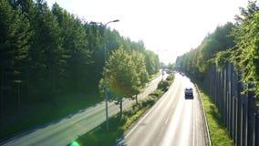 Estrada de Kekkosentie em Tampere Finlandia, na luz do outono vídeos de arquivo