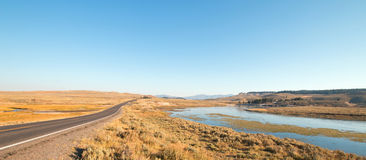 Estrada de laço grande ao lado da curvatura no Yellowstone River no vale de Hayden no parque nacional de Yellowstone em Wyoming Imagens de Stock Royalty Free