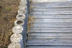 Estrada de madeira com beira esquerda imagens de stock royalty free