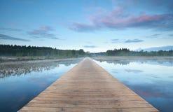 Estrada de madeira na água no nascer do sol fotos de stock royalty free