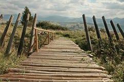 Estrada de madeira nas montanhas Imagens de Stock