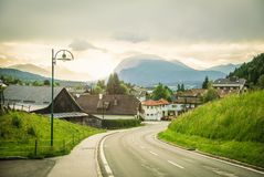 Estrada de Mountian através de uma vila Imagem de Stock Royalty Free