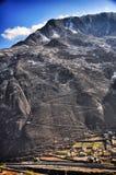 Estrada de Moutain com cidade pequena fotografia de stock royalty free