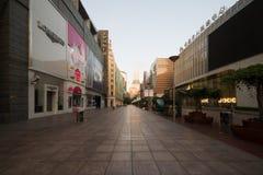 A estrada de Nanjing é a rua de compra principal de Shanghai, uma das ruas comerciais as mais ocupadas do mundo foto de stock