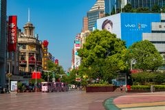 A estrada de Nanjing é a rua principal da compra em Shanghai e em uma das ruas comerciais as mais ocupadas do ` s do mundo imagens de stock