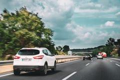 Estrada de Nissan Qashqai Driving In Motorway Nissan Qashqai é COM imagens de stock