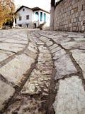 Estrada de pedra e uma casa velha em Petrela, Albânia Imagens de Stock Royalty Free