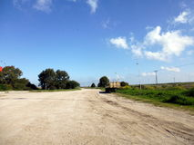 Estrada de Sandy limitada por árvores foto de stock