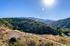 Estrada de terra assim nas montanhas do Cal fotografia de stock