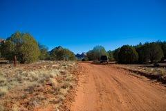 Estrada de terra através da terra seca Imagens de Stock Royalty Free