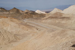 Estrada de terra através do deserto o Vale da Morte Imagem de Stock