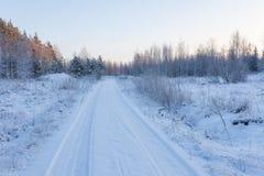 Estrada de terra da neve no campo fotografia de stock