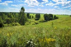 Estrada de terra do campo Céu azul e nuvens Fotos de Stock Royalty Free
