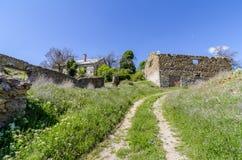 Estrada de terra e ruínas das casas Foto de Stock Royalty Free