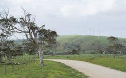 Estrada de terra e turbinas eólicas, península de Fleurieu, Sul da Austrália Fotografia de Stock