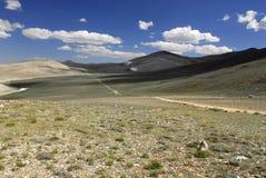 Estrada de terra em montanhas de Inyo em Califórnia Imagem de Stock
