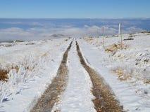 Estrada de terra em um platô nevado da montanha alta Foto de Stock
