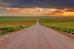 Estrada de terra infinita na pradaria Fotografia de Stock Royalty Free