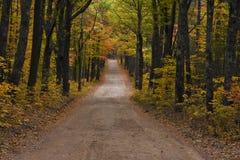 Estrada de terra na luz Nova Inglaterra do outono imagens de stock