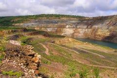 Estrada de terra na mina opencast fotos de stock