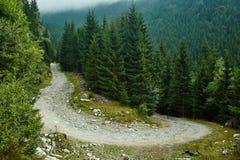 Estrada de terra nas montanhas Fotos de Stock Royalty Free