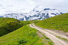 Estrada de terra nas montanhas de Geórgia Foto de Stock Royalty Free