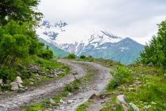 Estrada de terra nas montanhas em Geórgia Foto de Stock Royalty Free