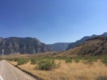 Estrada de terra no monumento nacional do dinossauro imagens de stock