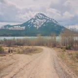 Estrada de terra que conduz ao lago barrier e à montagem Baldy imagem de stock royalty free