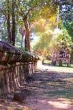 Estrada de terra que estica através da selva cambojana ao lado do castelo Baixa de Siem Reap, Cambodia Paisagem em 3Sudeste Asiát Imagem de Stock Royalty Free