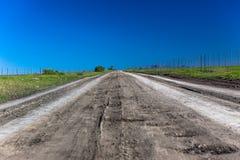 Estrada de terra reta longa   Foto de Stock