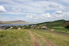 A estrada de terra rural conduz ao lago Uchum do pagamento na costa do lago Imagem de Stock Royalty Free
