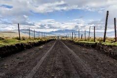 Estrada de terra vazia em Equador fotografia de stock