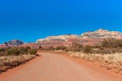 Estrada de terra vermelha com a paisagem de Sedona imagem de stock royalty free
