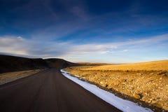 Estrada de Transalpina do céu azul Fotografia de Stock Royalty Free