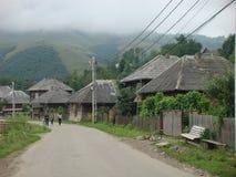 Estrada de uma vila característica da zona de Maramures em Romênia Foto de Stock