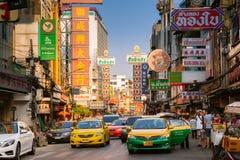 Estrada de Yowarat, bairro chinês, Banguecoque Imagens de Stock