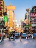 Estrada de Yowarat, bairro chinês, Banguecoque Fotografia de Stock Royalty Free