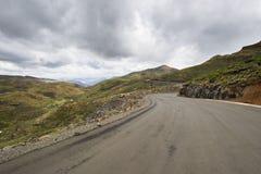 Estrada do alcatrão do asfalto em montanhas de Lesoto Foto de Stock