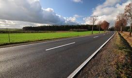 Estrada do alcatrão que dirige ao desconhecido Fotografia de Stock